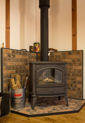 山リゾート感を彷彿とさせるおしゃれなデザインの薪ストーブが冬季に大活躍