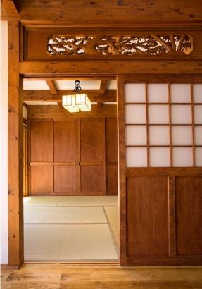 純和風の和室は、彫刻が施された欄間を採用。古式ゆかしき印象に